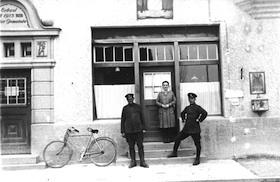 1930: Das Postamt  mit Postbote Benno Theimer (links), Alois Grimmler (rechts), dazwischen Frl. Dillmayer