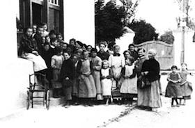 Um 1916/17: Butterausgabe im Gemeindehaus während des Ersten Weltkriegs