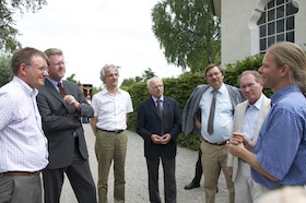 Jürgen Keil erläutert den Gästen die Einrichtung