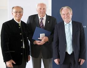 Lothar Müller erhält Bezirksmedaille 2013