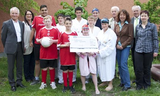 SportlerInnen erhalten Spende von Raiffeisenbank-Stiftung
