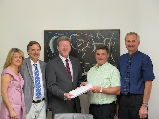 Feldmochinger reichen Petition  an Landtag ein