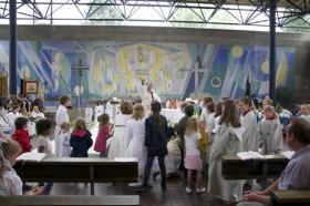 Pfarrer Dr. Martin Schubert schenkte den Kindern Süßigkeiten