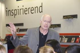 Bibliotheksleiter Nikolaus Schwarzenberg freut sich über die Ausstellung