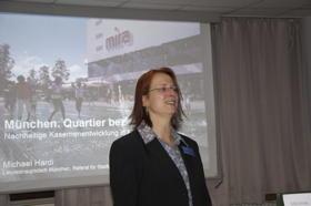 MVHS-Stadtteilleiterin Hiltrud Ettl eröffnet den Vortrag