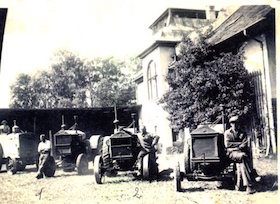 Der Stolz der Maschinenmeister: Die vier Traktoren der Marke Hanomag mit Eisenrädern