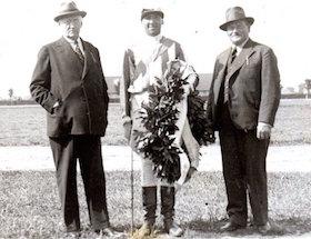 Nach dem Sieg von Viktoria Regina im Stutenprüfungspreis 1935 Wolff mit Trainer Streinberger