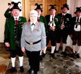 Böllerschützen ehren scheidende Kommandeurin der Sanitätsakademie der BW