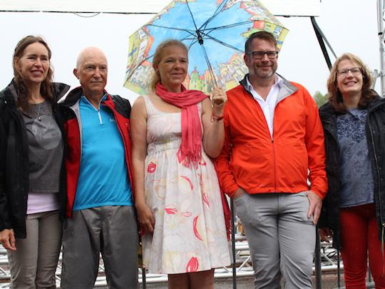 Doris Wagner übergibt Unterschriftenlisten zum Erhalt der Olympia-Regattastrecke